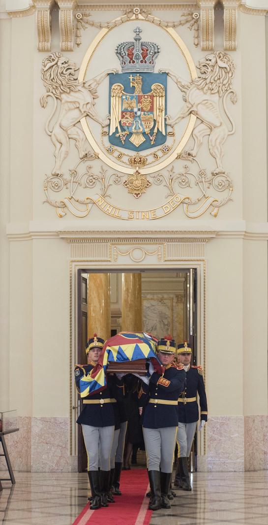 Imagini de la sosirea sicriului Regelui Mihai la Palatul Regal