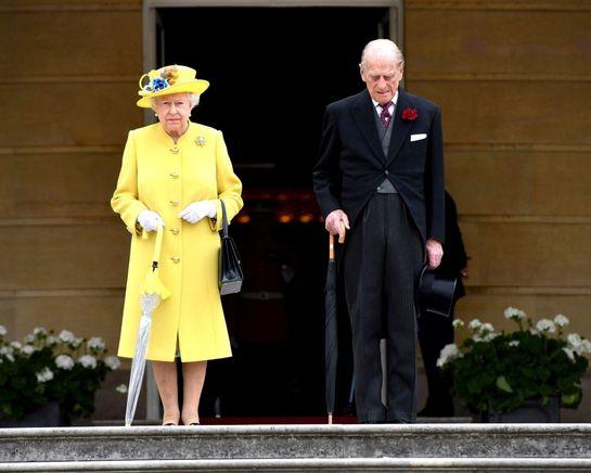 Regina Elisabeta, Prinţul Charles şi Camilla, la un garden-party în ciuda terorismului