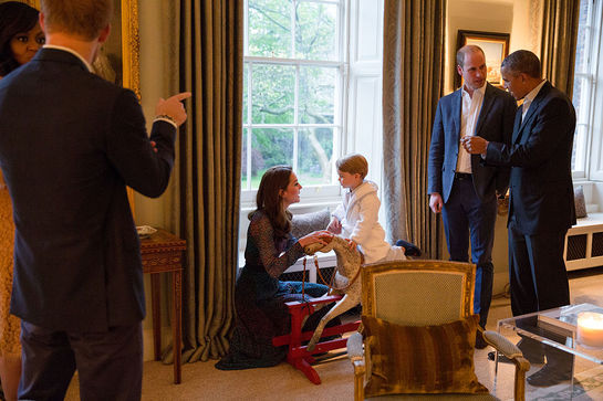 Prinţul George învaţă să călărească. La 4 ani îi calcă pe urme tatălui său, prinţul William