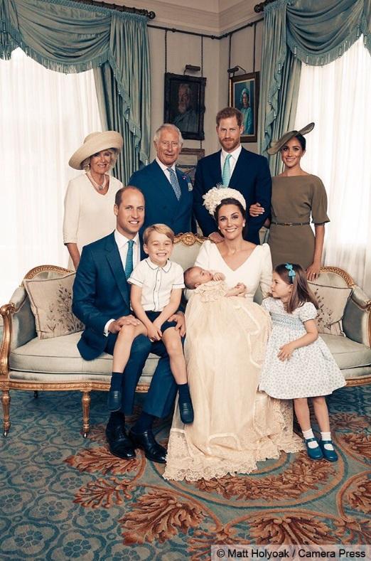 Pozele oficiale de la botezul Prinţului Louis au fost editate special! Ce l-a dat de gol pe fotograf?