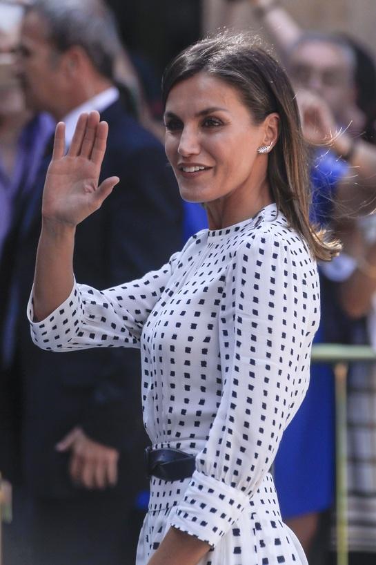 Rochia i-a jucat feste Reginei Letizia a Spaniei. Vântul i-a expus picioarele sexy