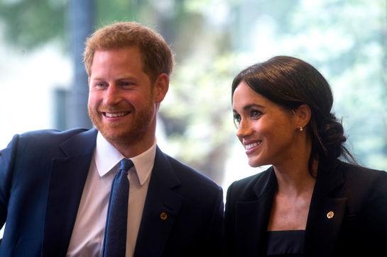 Prinţul Harry o îndeamnă pe Meghan Markle să încalce protocolul regal! Ce spune despre ţinutele ei?