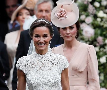 A eclipsat de fiecare dată mireasa! Cum reuşeşte Kate Middleton să strălucească la nunţile altora?