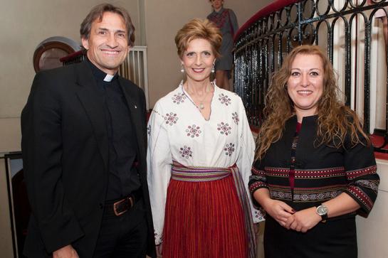 Uite ce bine îi stă Principesei Maria în haine tradiţionale!