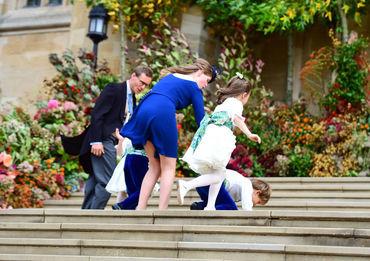 Gafe în lanţ la nunta Prinţesei Eugenie! O invitată, cu chiloţii şi fundul la vedere chiar la intrarea în biserică