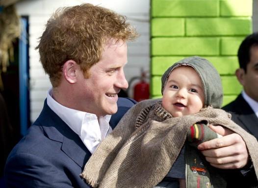 E absolut adorabil cu copiii! Ce fel de tătic va fi Prinţul Harry? FOTO irezistibile