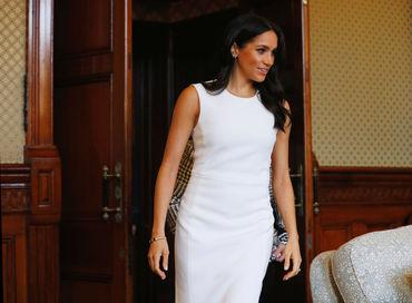 Meghan Markle, într-o rochie mulată la prima apariţie oficială după ce a anunţat că este gravidă! Iată cum arată