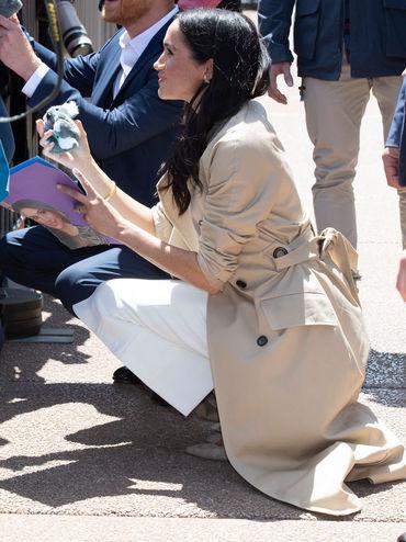 Meghan Markle, în genunchi când a vorbit pentru prima dată despre sarcina ei. De ce a recurs la acest gest?
