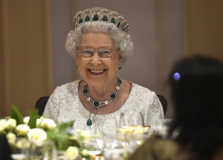 Înainte de plecarea în America, Regina i-a invitat pe cei doi la cină pentru a le oferi suportul în cazul unui deznodământ nefericit.