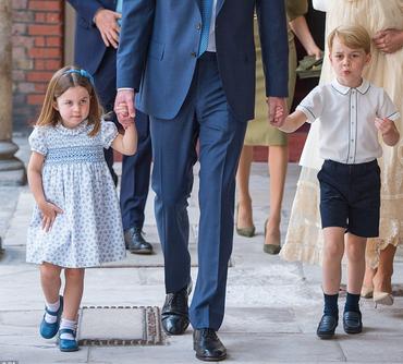 George şi Charlotte, în centrul atenţiei la botezul frăţiorului mai mic, Prinţul Louis