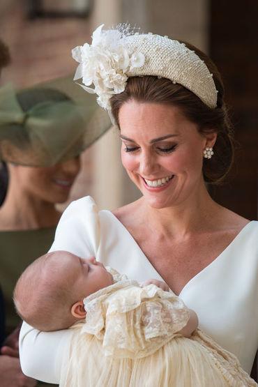 Ce outfit stylish a purtat Ducesa de Cambridge la botezul fiului său, Prinţul Louis!