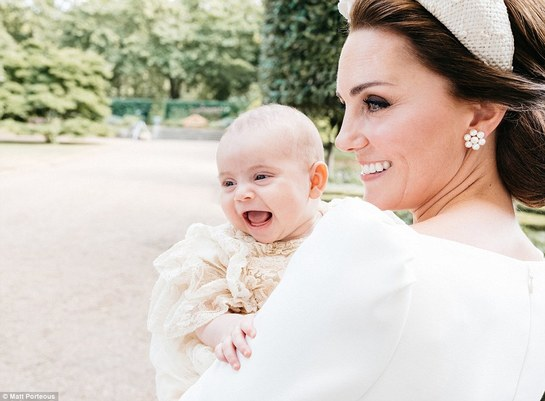 O nouă fotografie cu Kate şi Prinţul Louis i-a topit pe simpatizanţii regali. Uite cât de drăgălaş e micul prinţ!