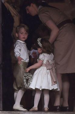 Cine este bona micuţilor George şi Charlotte şi cum se înţeleg cu ea? A apărut în foarte multe poze alături de ei!