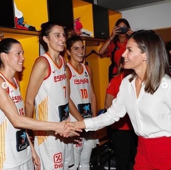 Ce outfit cool! Uite cum a încurajat Regina Letizia echipa naţională de baschet feminin a Spaniei