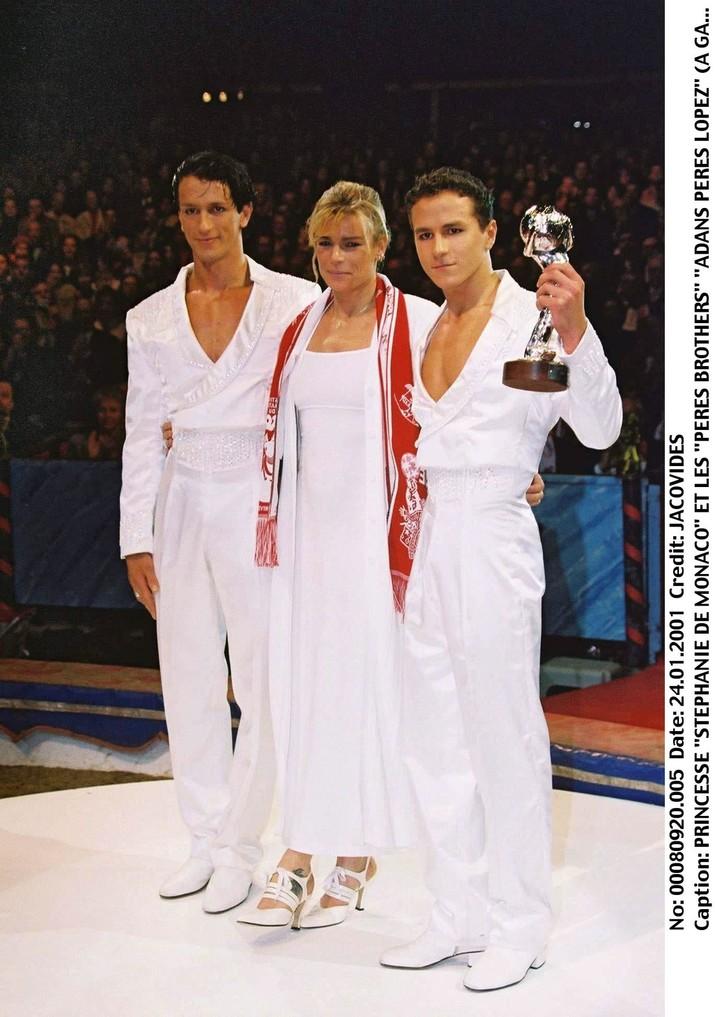 Stephanie alături de fraţii Lopez, cu cel din stânga căsătorindu-se.