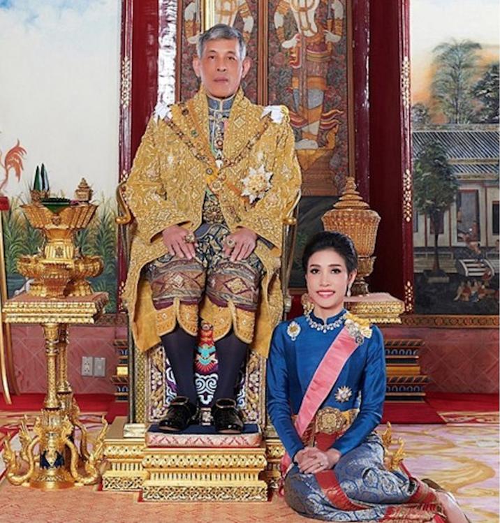 Regele şi amanta oficială, Sineenat Wongvajirapakd, nu se mai văzuseră din octombrie anul trecut, când aceasta a fost arestată la comanda lui.