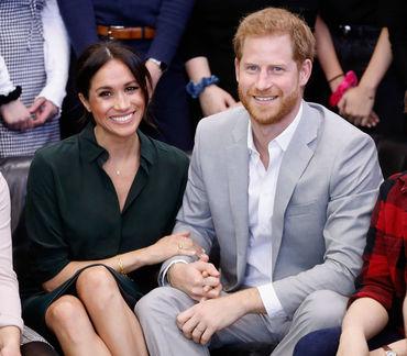 Fotografie nemaivăzută cu Meghan Markle şi Prinţul Harry! Iată ce fac în grădina de la Palatul Kensington