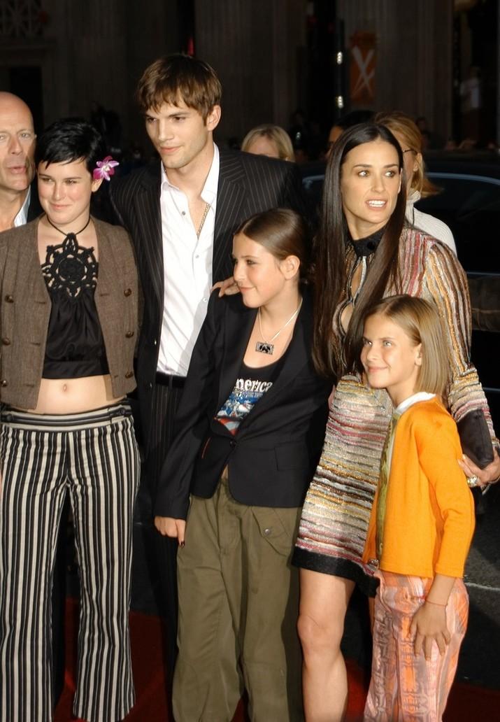 Deşi, în aparenţă, familia era extrem de fericită în preajma lui Ashton, luptele intestine au fost extrem de dureroase pentru toţi, dar mai ales pentru Demi.