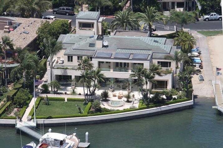 Una dintre proprietăţile lui, vila din Newport Beach.