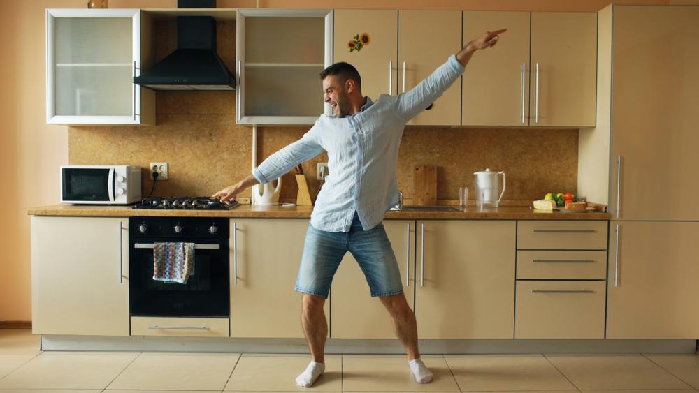 Felul în care dansează un bărbat arată cât de sănătos este acesta