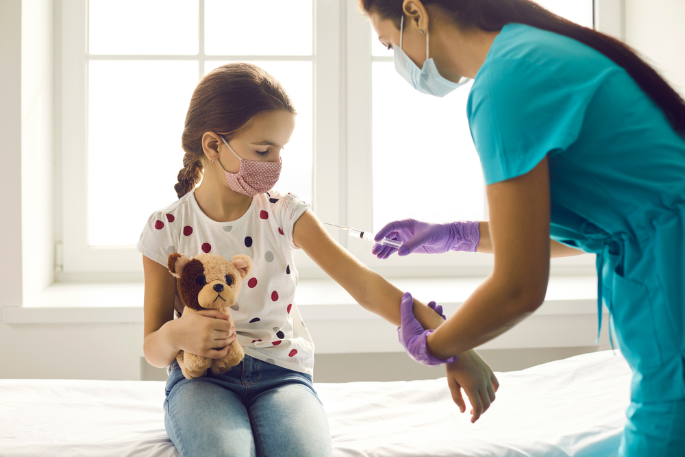 Vaccinul anti-COVID-19 la copiii între 5 și 11 ani. Ce răspunsuri oferă medicul părinţilor