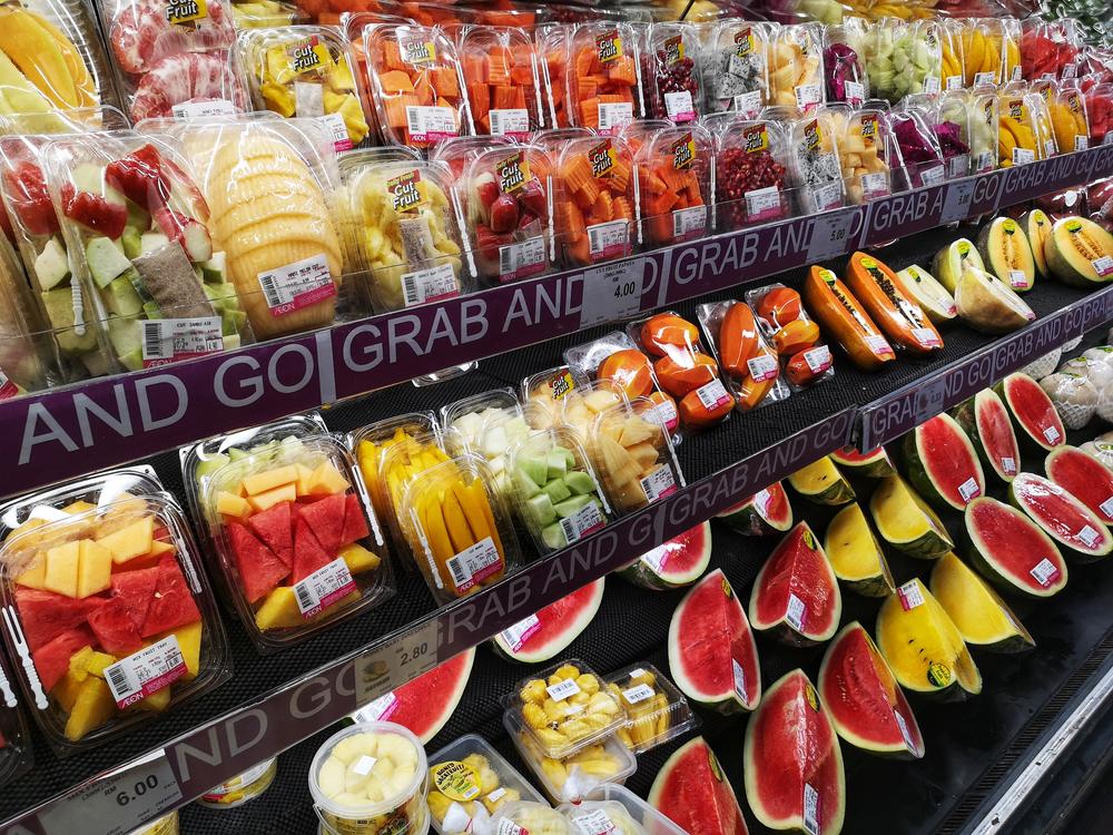 De ce nu trebuie să cumperi niciodată fructe şi legume gata tăiate şi ambalate