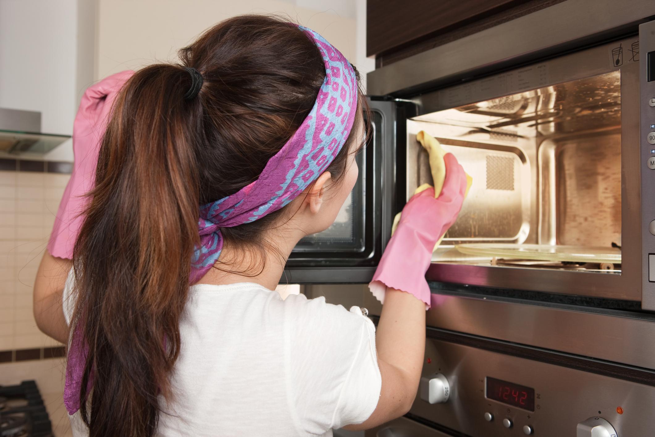Cum să cureţi cuptorul cu microunde în cinci minute! Ai nevoie de doar două ingrediente