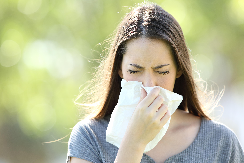 Cum faci diferenţa între simptomele alergiilor sezoniere şi cele ale COVID-19?