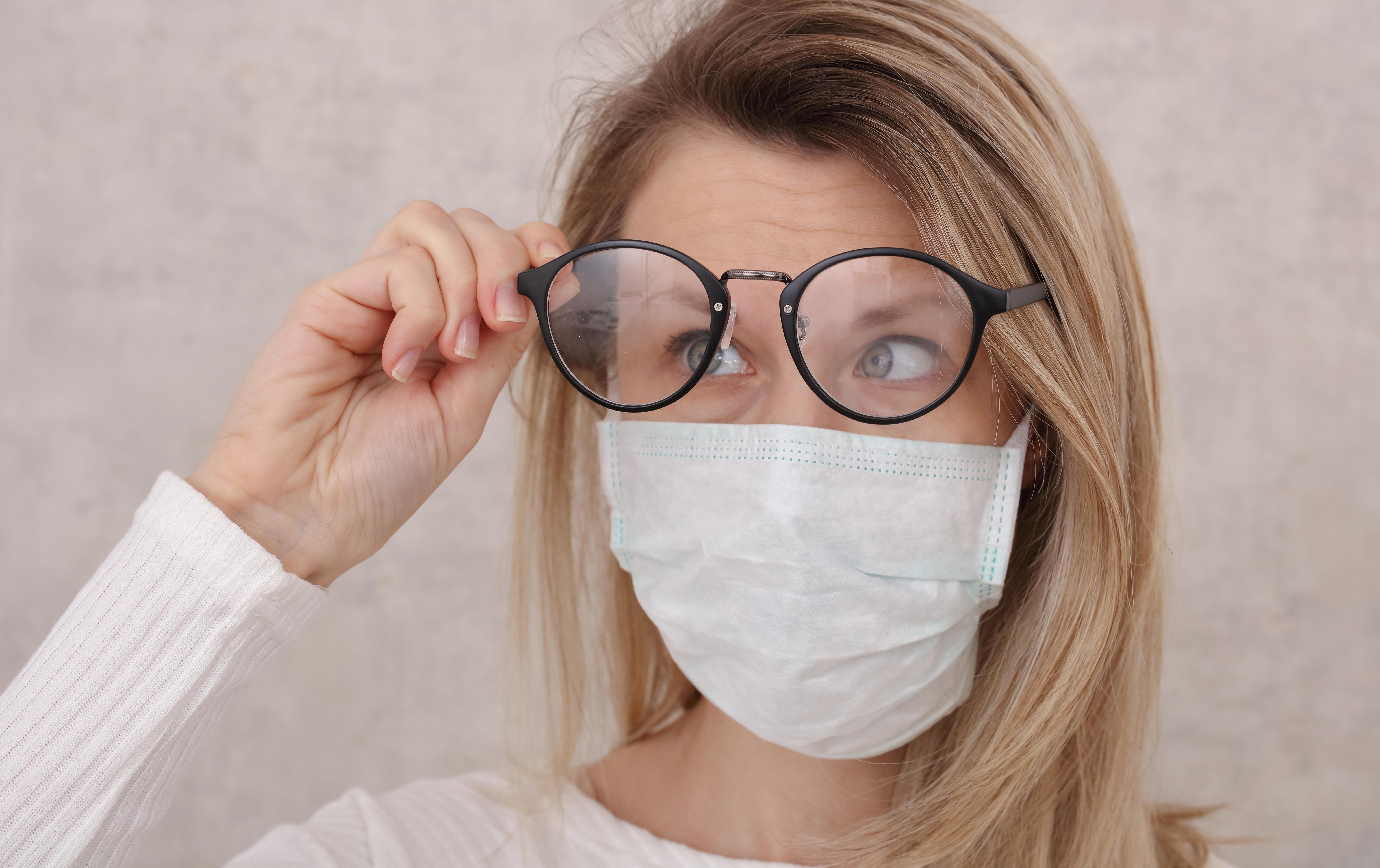 Ţi se aburesc ochelarii când porţi mască? Nu, dacă foloseşti acest mic truc