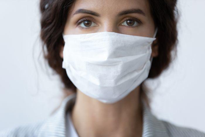 COVID-19: cât de mult te protejează, de fapt, masca şi distanţarea socială