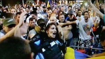 Dovada ca jandarmeria a mintit! Ce scrie pe biletul de internare al femeii jandarm batuta la protestul de vineri din Piata Victoriei