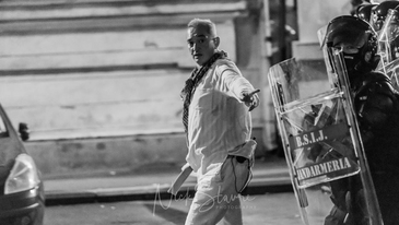 """""""Macelarul in alb"""" din Piata Victoriei a recunoscut! Ce spune despre gazul folosit pentru dispersarea multimii"""
