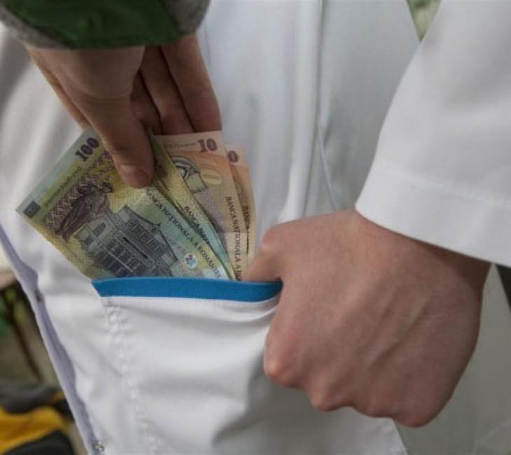 Medic din Sinaia, prins cand primea bani de la o persoana ca sa-i elibereze documente pentru pensionare anticipata. Despre ce suma este vorba