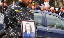Tanara politista care a murit in urma unui accident teribil a fost condusa pe ultimul drum. Doi copii au ramas fara mama din cauza neatentiei