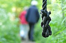 Un baiat de 11 ani din Dambovita, gasit spanzurat in podul casei