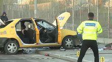 O femeie, pasager intr-un taxi, a murit, iar soferul a fost ranit, dupa ce masina a lovit un parapet de pe mijlocul drumului, apoi s-a rasturnat