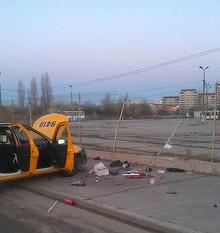 Accident fatal in Pipera. O tanara care se afla pe bancheta din spate a unui taxi a murit, dupa ce soferul a intrat intr-un parapet. Femeia implinea maine 34 de ani