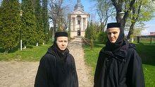 Scandal cu maicute intr-o manastire din Iasi. Doua surori spun ca au fost batute de cele cu care imparteau chilia. Le-au luat lucrurile si le-au dat afara din biserica