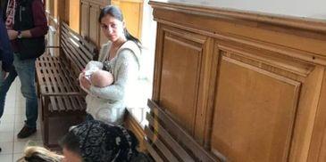Imagine dureroasa pe holurile Judecatoriei din Cluj. O mamica isi alapteaza copilul inainte sa fie dusa in arest