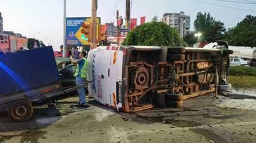 Accident cumplit la intrare in Constanta. Un sofer a intrat din plin cu masina intr-un microbuz cu pasageri - 14 persoane au ajuns la spital