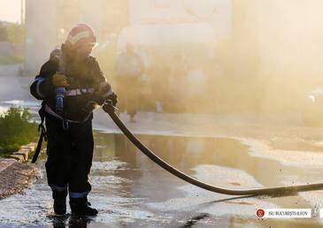 Pompierii intervin pentru stingerea unui incendiu izbucnit la un vagon dezafectat din Gara Basarab din Capitala