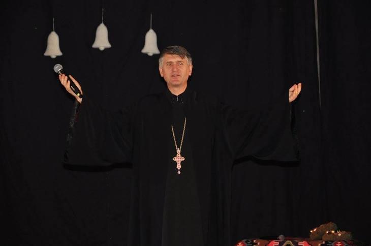 """""""Eu nu il invit nici ca preot, nici ca pedofil"""". Pomohaci primeste invitatii sa cante peste tot. Sumele pe care le primeste sunt imense!"""