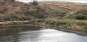 Izvoarele, satul blestemat din Galati. Dupa cutremure si alunecari de pamant, un lac negru ii ingrozeste pe localnici