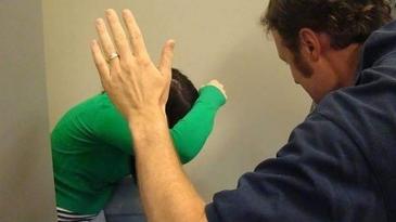 Eleva din Botosani, agresata fizic de invatator. Ce a descoperit mama copilei cand i-a dat jos bluza