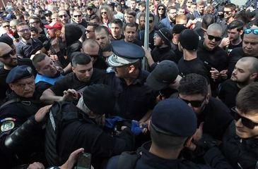 Bataie intre suporterii Dinamo si cei ai echipei Steaua. 19 persoane, saltate si duse la audieri