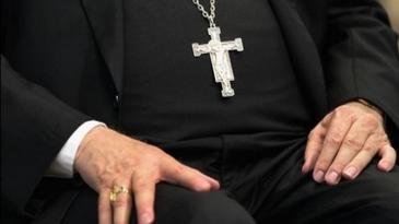 Preot injurat si amenintat cu cutitul la gat in curtea Spitalului Judetean