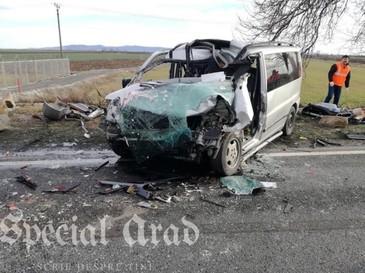 Arad: Trafic complet blocat pe DN 79, in urma coliziunii dintre un camion si un microbuz, soldata cu un mort