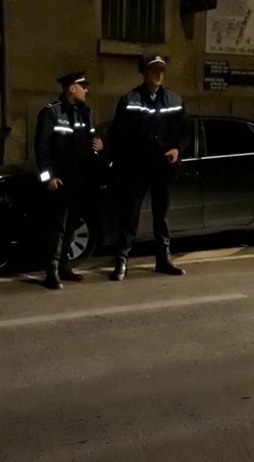 S-au luat la bataie cu politistii in timpul unui priveghi. Mai multe persoane de etnie rroma faceau gratare in strada, iar la sosirea oamenilor legii, situatia a luat o intorsatura neasteptata