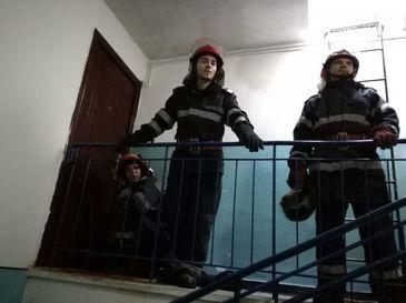 Un baietel de doar cinci ani, lasat singur de parinti, era in pericol sa cada de la etajul al patrulea – Ce decizie au luat autoritatile in acest caz
