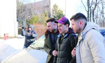 Un fotbalist din Craiova a jefuit o casa de pariuri cu un pistol de jucarie! Madalin a fugit cu 7000 de lei